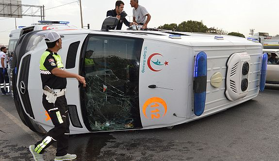 Akıl hastası sevki yapan ambulans devrildi